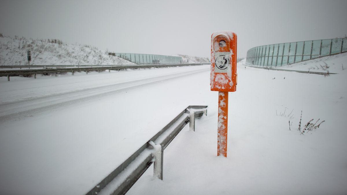 Eine eingeschneite Notrufsäule an der Autobahn. (Symbolbild)