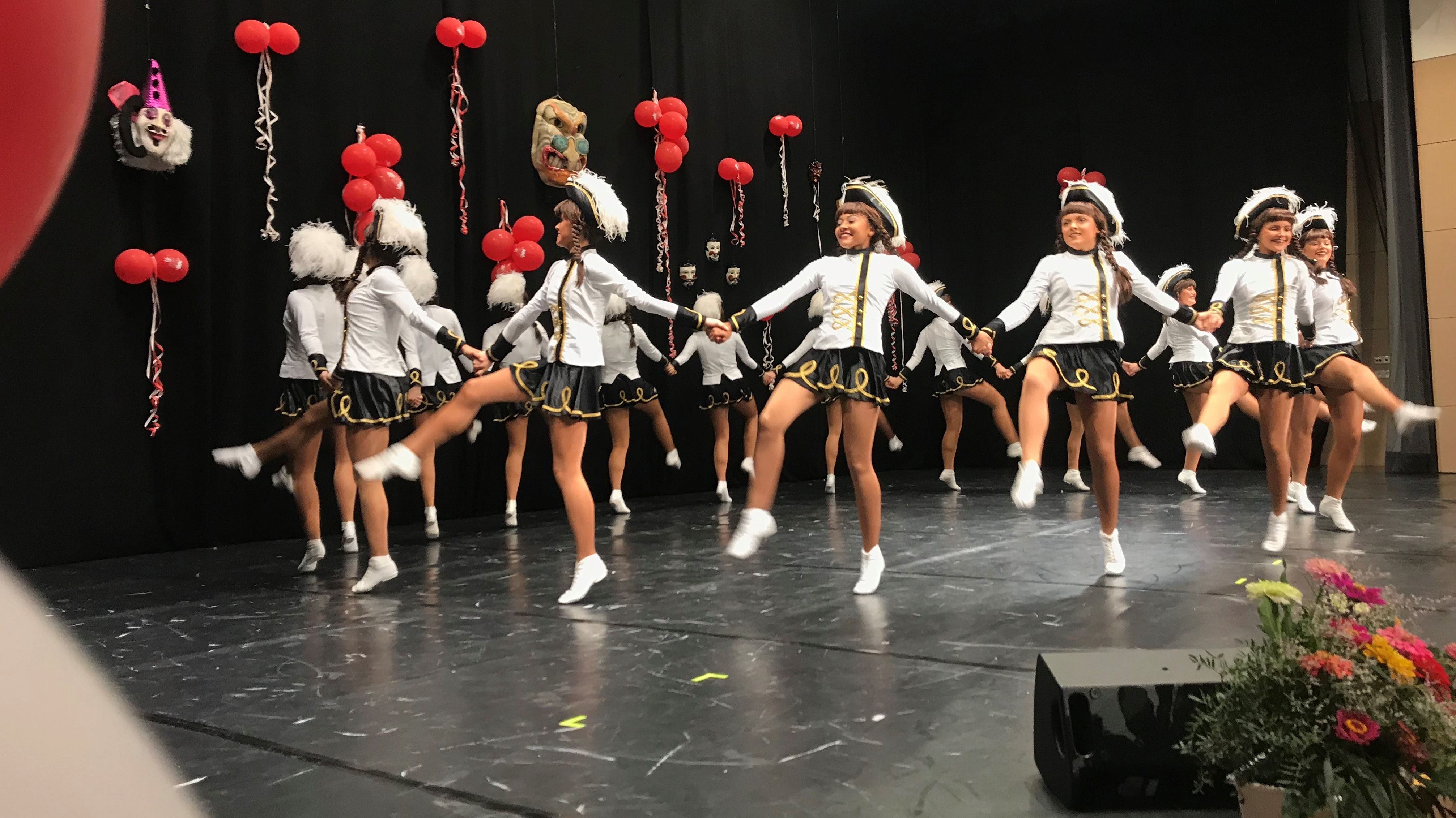 Gardemädchen tanzen bei der 66-Jahr-Feier des Fastnachtverbandes Franken.