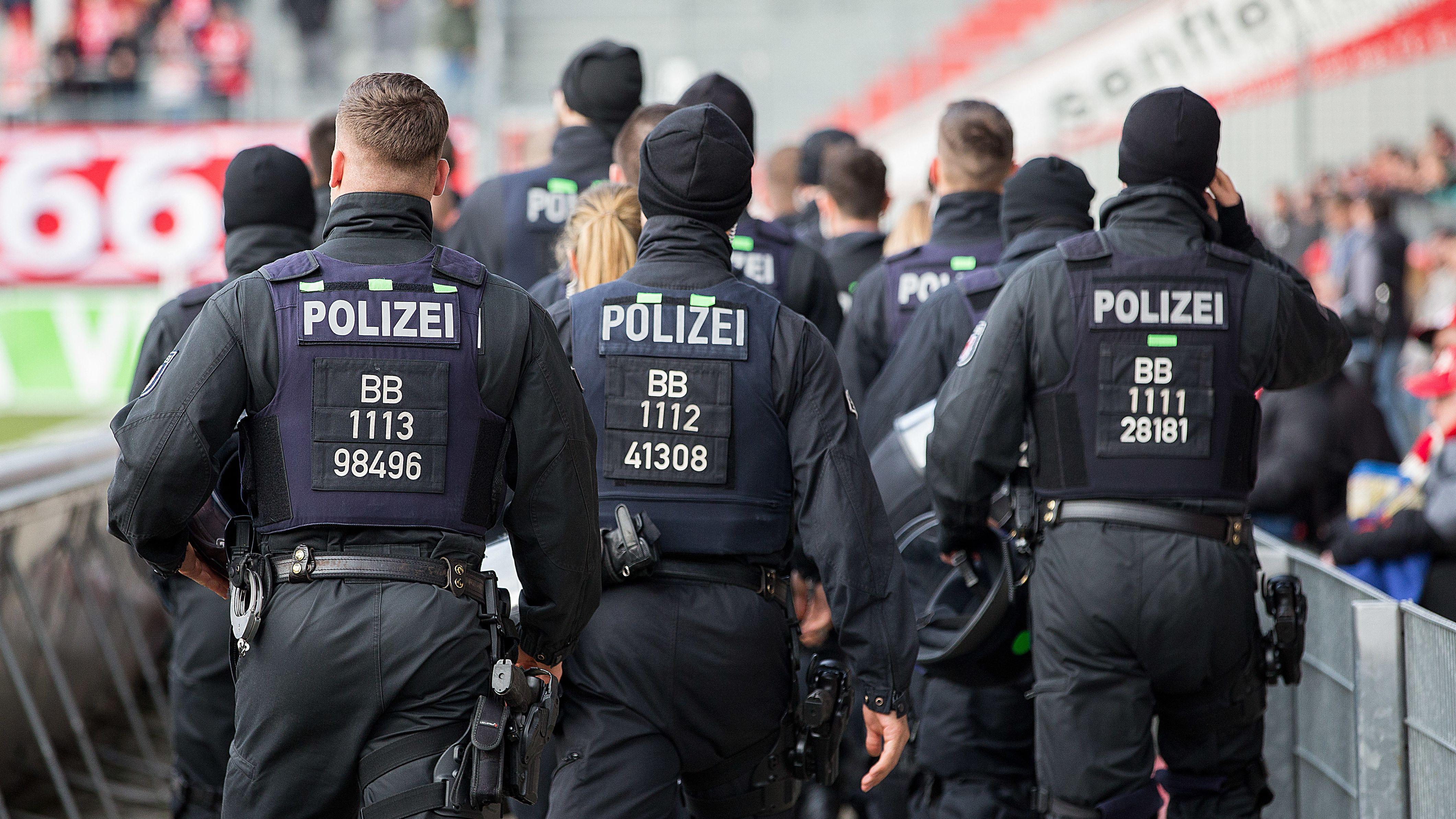 Polizisten bei einem Spiel des TSV 1860 München in Cottbus
