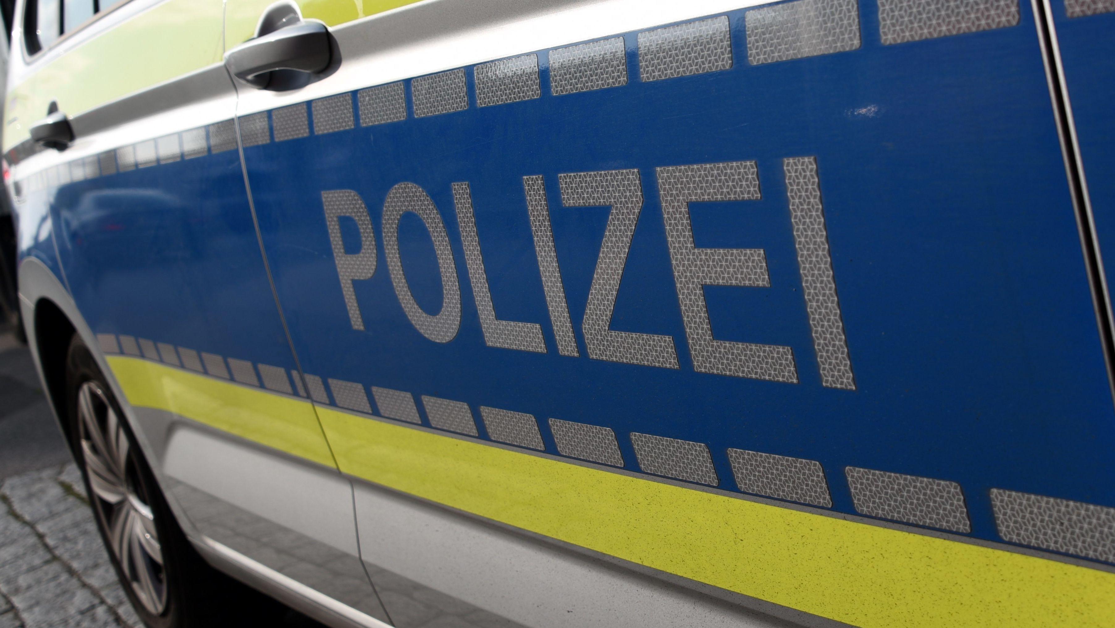 Symbolbild: Streifenwagen der Polizei im Einsatz.