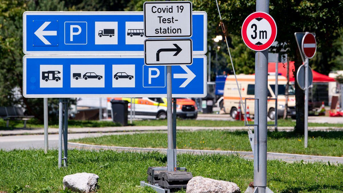 """Ein Schild mit der Aufschrift """"Covid 19 Teststation"""" ist an der Autobahn 8 (A8) an der Rastanlage Hochfelln-Nord zu sehen."""
