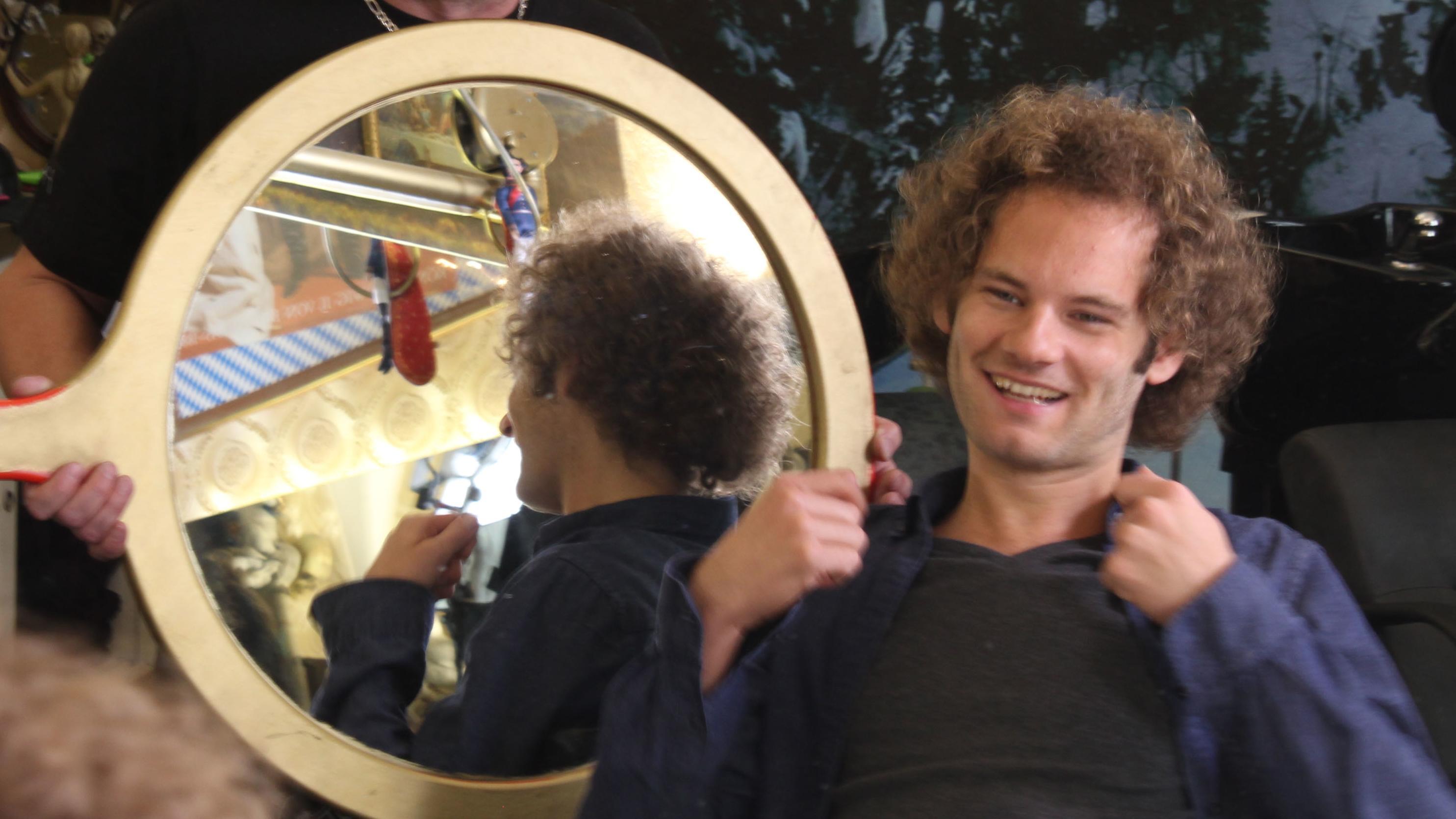 Maxi Schafroth mit Spiegel