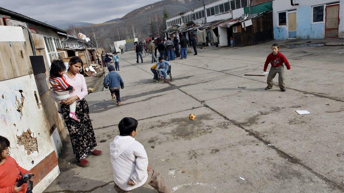 Roma Kinder spielen mit einem Ball