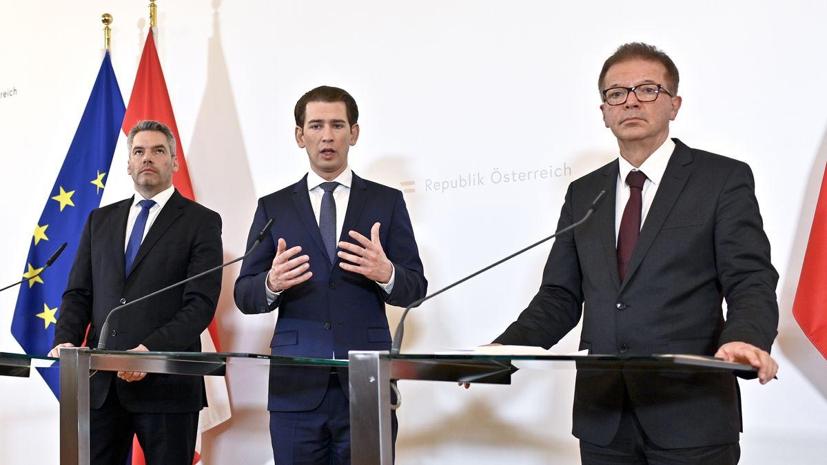 """Gesundheitsminister Rudolf Anschober (R/Grüne), Bundeskanzler Sebastian Kurz (M/ÖVP) und Innenminister Karl Nehammer (ÖVP) am Donnerstag, 12. März 2020, im Rahmen der Pressekonferenz """"Aktuelles zum Coronavirus"""" in Wien"""