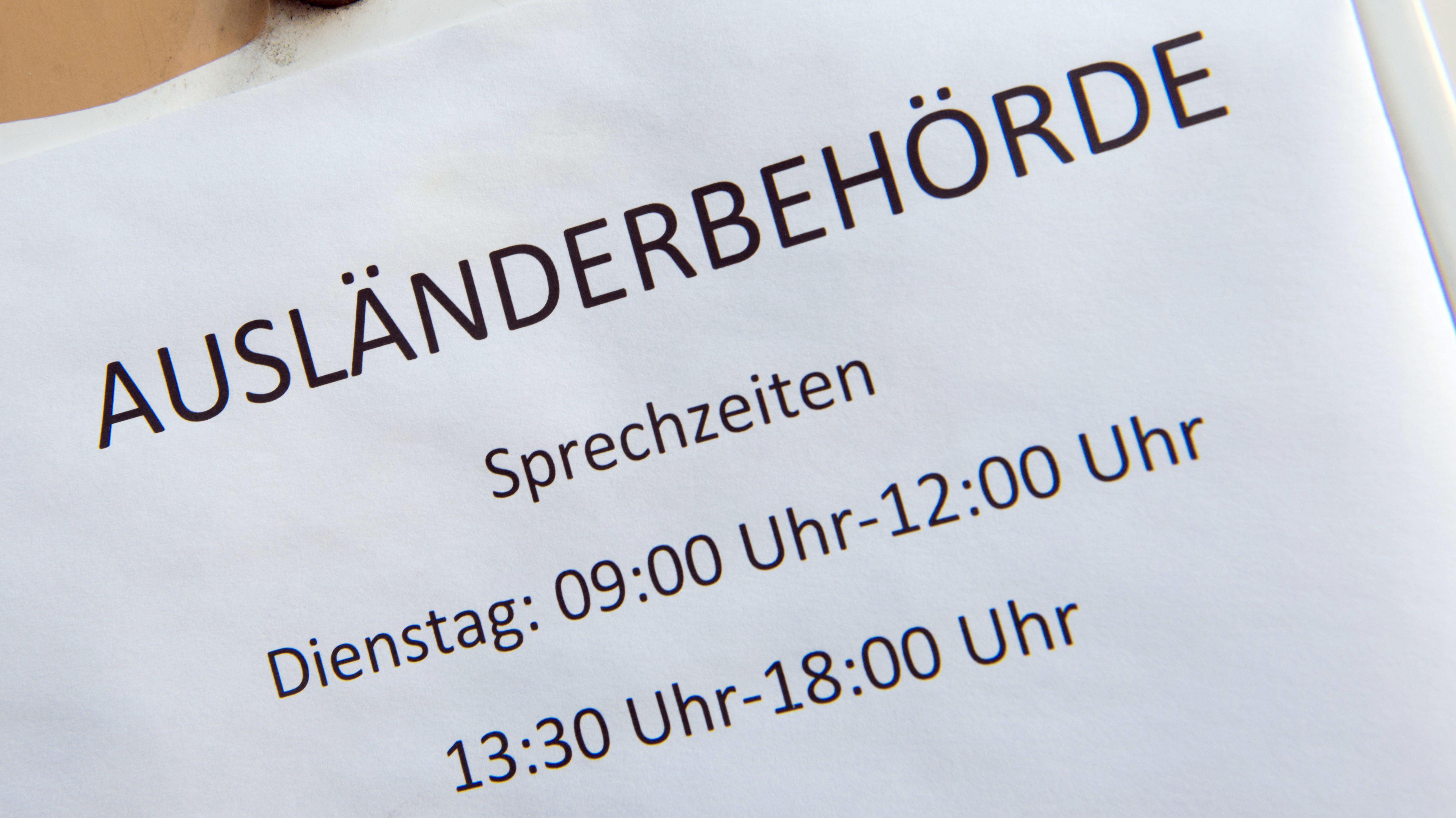 """Ein Schild mit dem Schriftzug """"Ausländerbehörde"""" auf einem Briefkasten"""