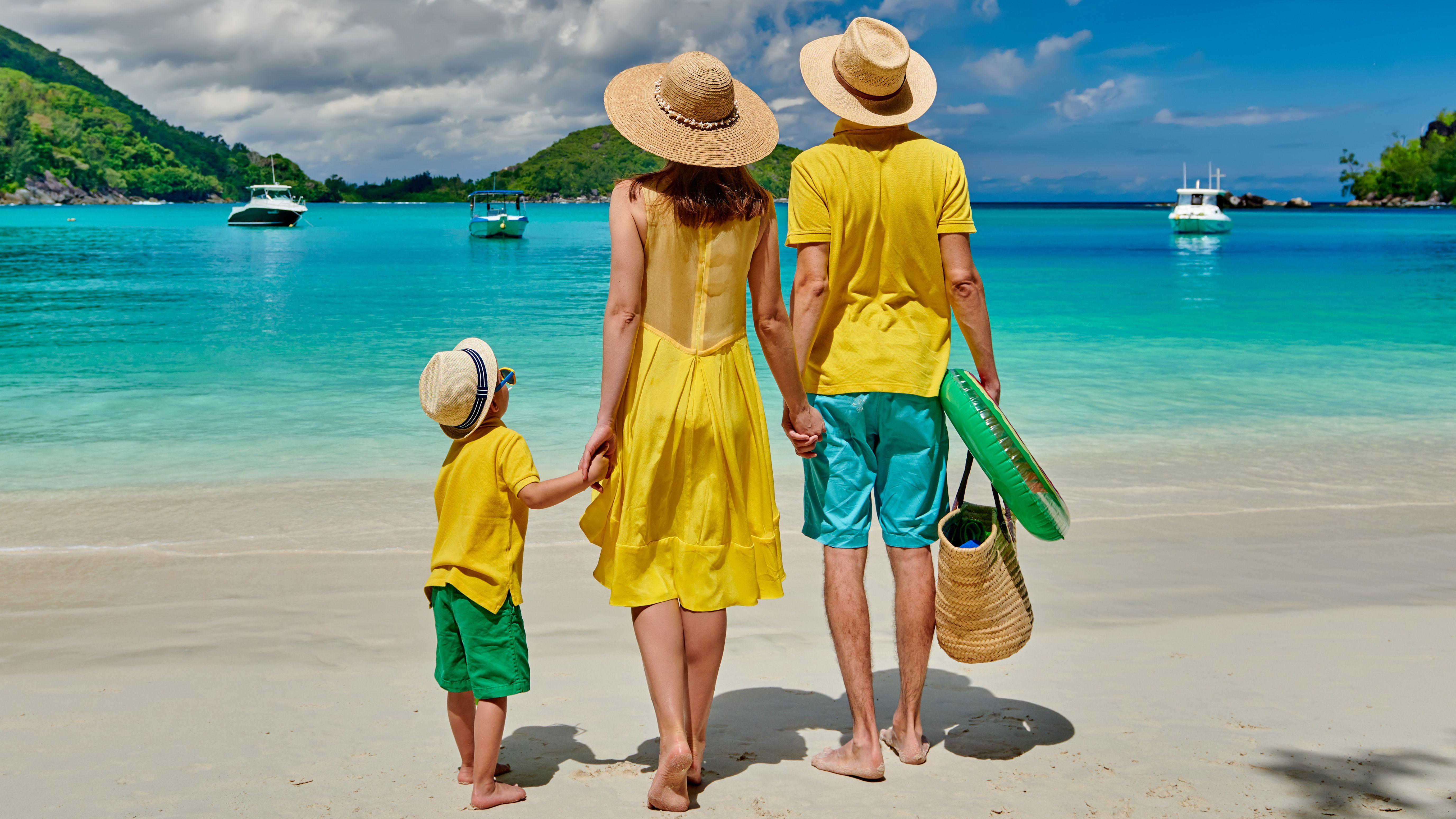 Familie mit Pauschalreise am Strand