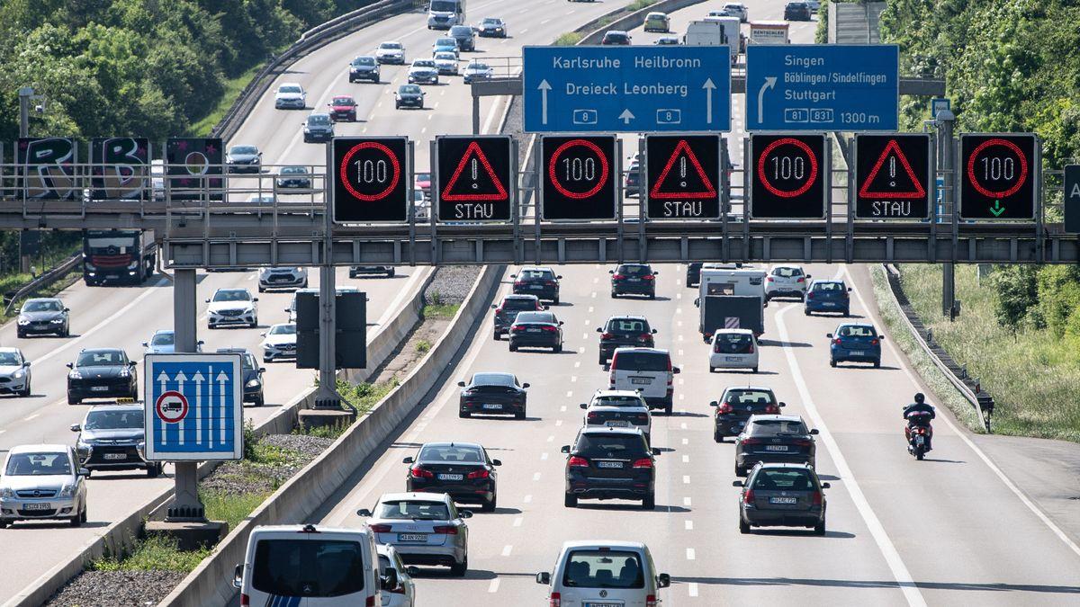 Stuttgart: Autos fahren auf der Autobahn 8 vor dem Dreieck Leonberg bei Stuttgart.