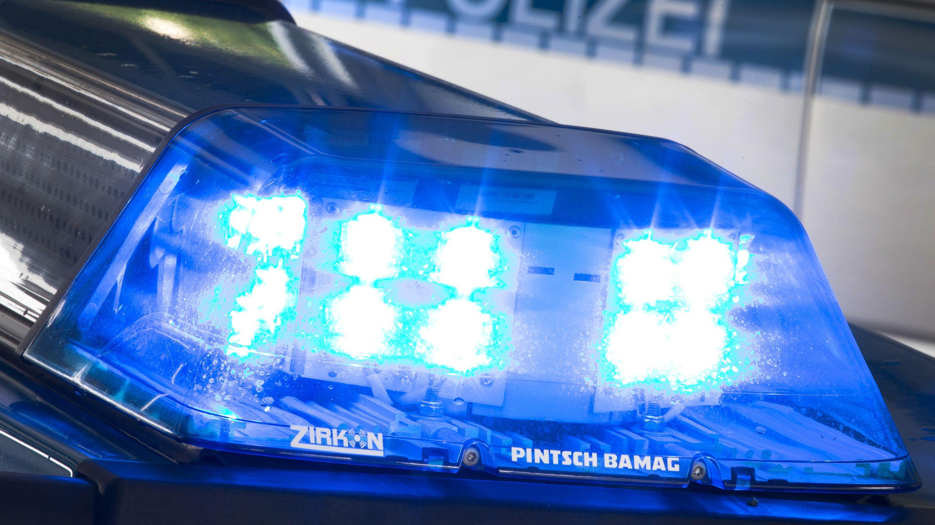 Blaulicht eines Polizeiautos in Großaufnahme.