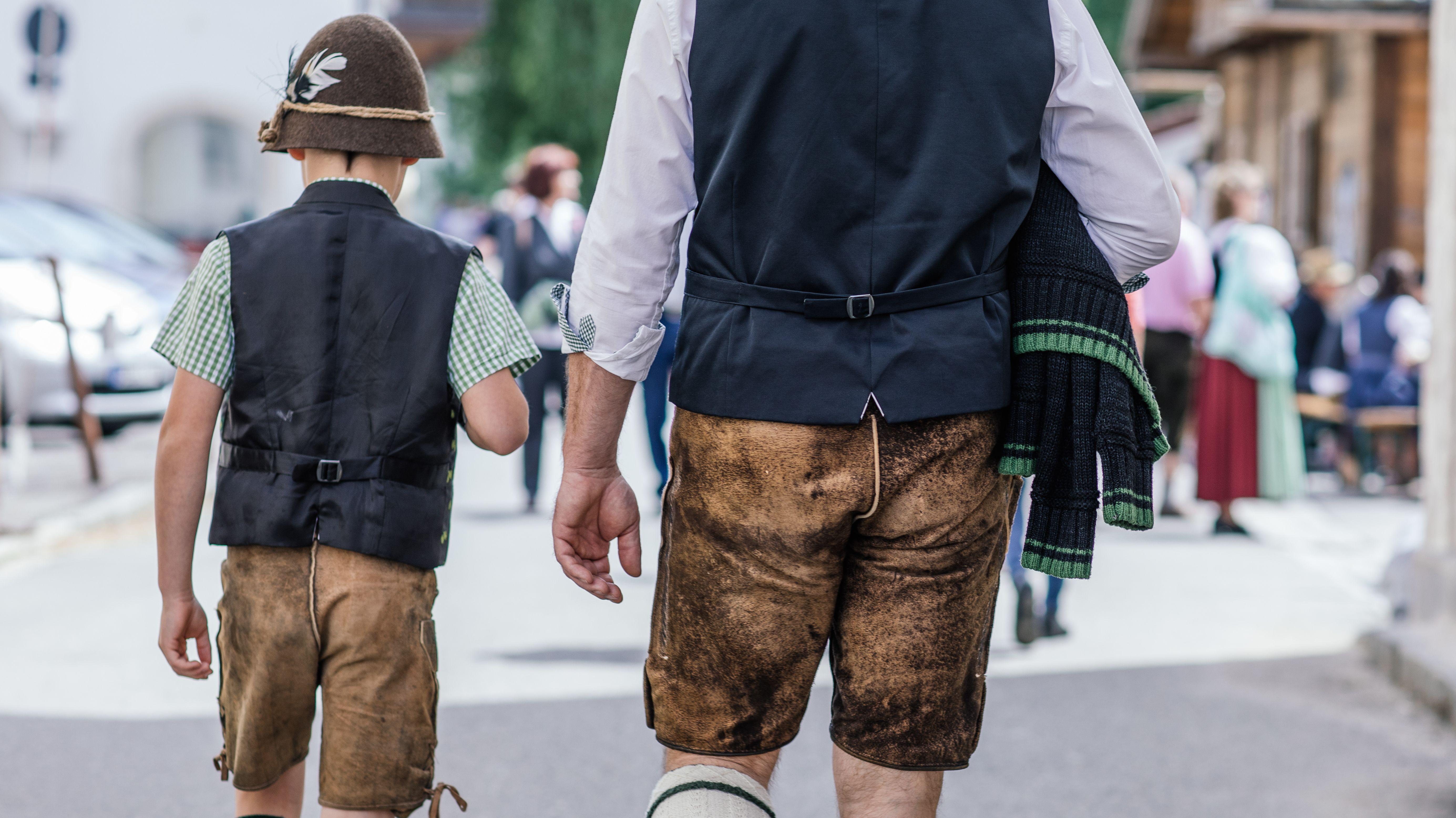 Ein in Tracht gekleideter Vater und sein Sohn