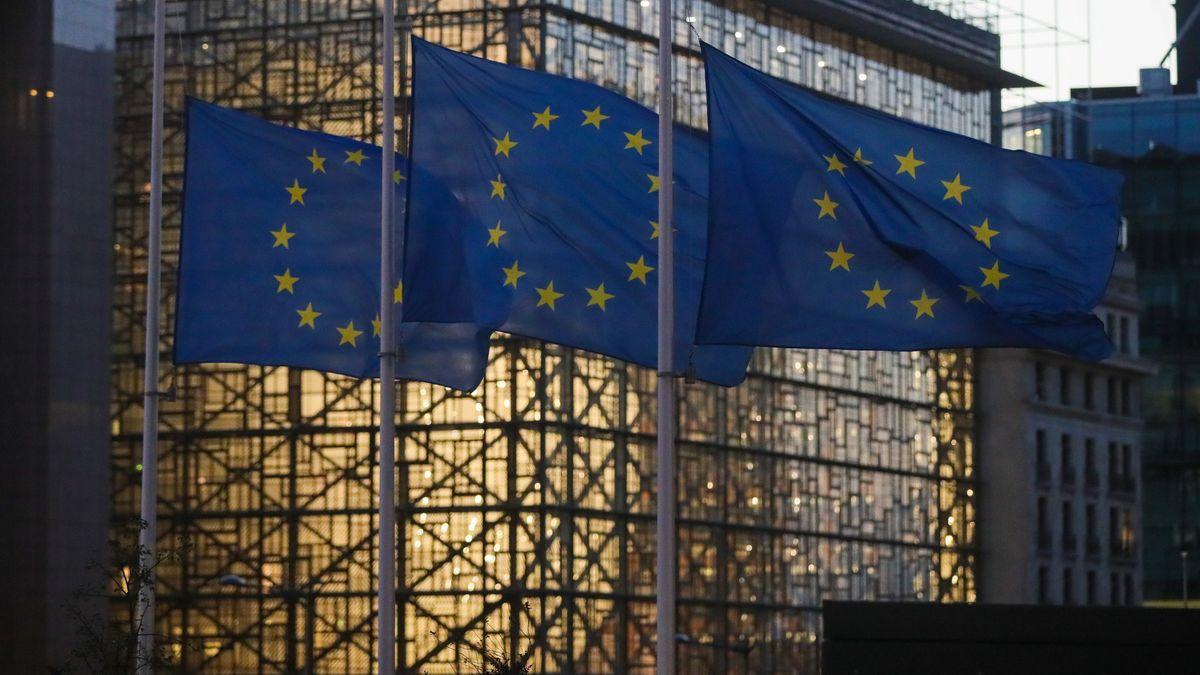 Das Gebäude des Europäischen Rates in Brüssel. Im Vordergrund wehen Flaggen der Europäischen Union.