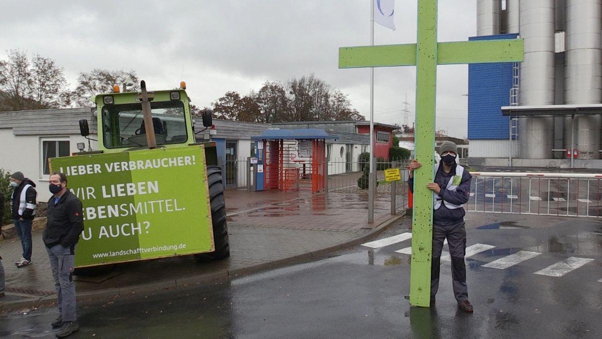 Landwirte demonstrieren vor dem Danone-Werk bei Ochsenfurt.