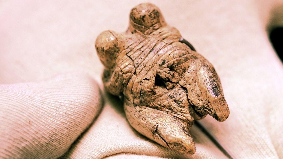 """Eiszeitliche Frauenfigur """"Venus vom Hohen Fels"""", aus Mammutelfenbein."""