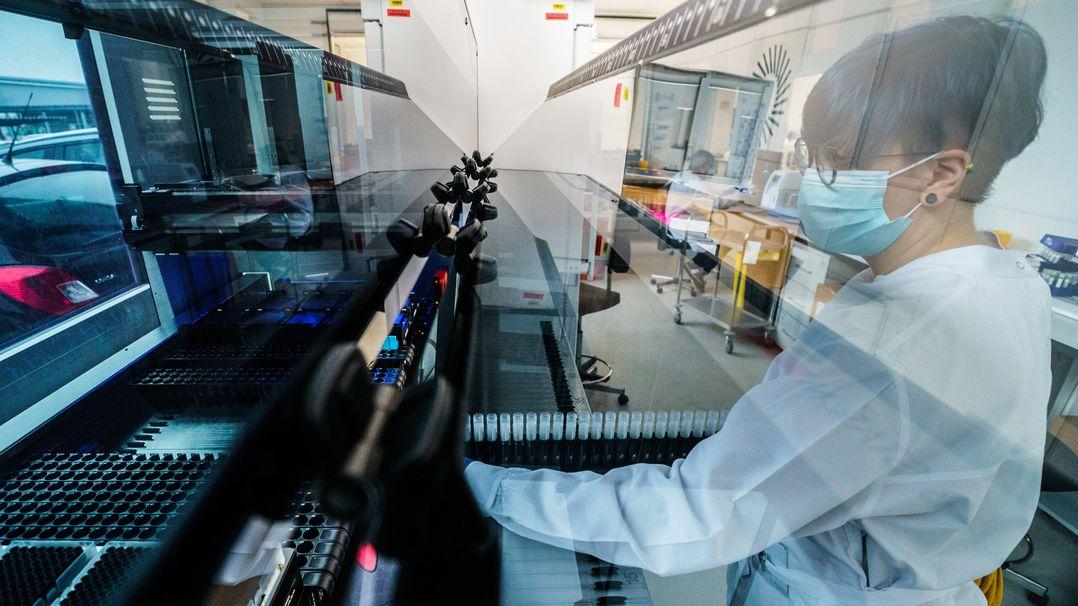 Eine Mitarbeiterin des Unternehmens Bioscientia bei der Laboranalyse von Proben.