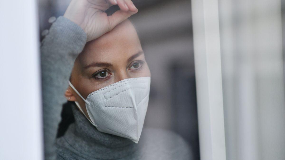 Frau mit Mund-Nasen-Schutz (Symbolbild)