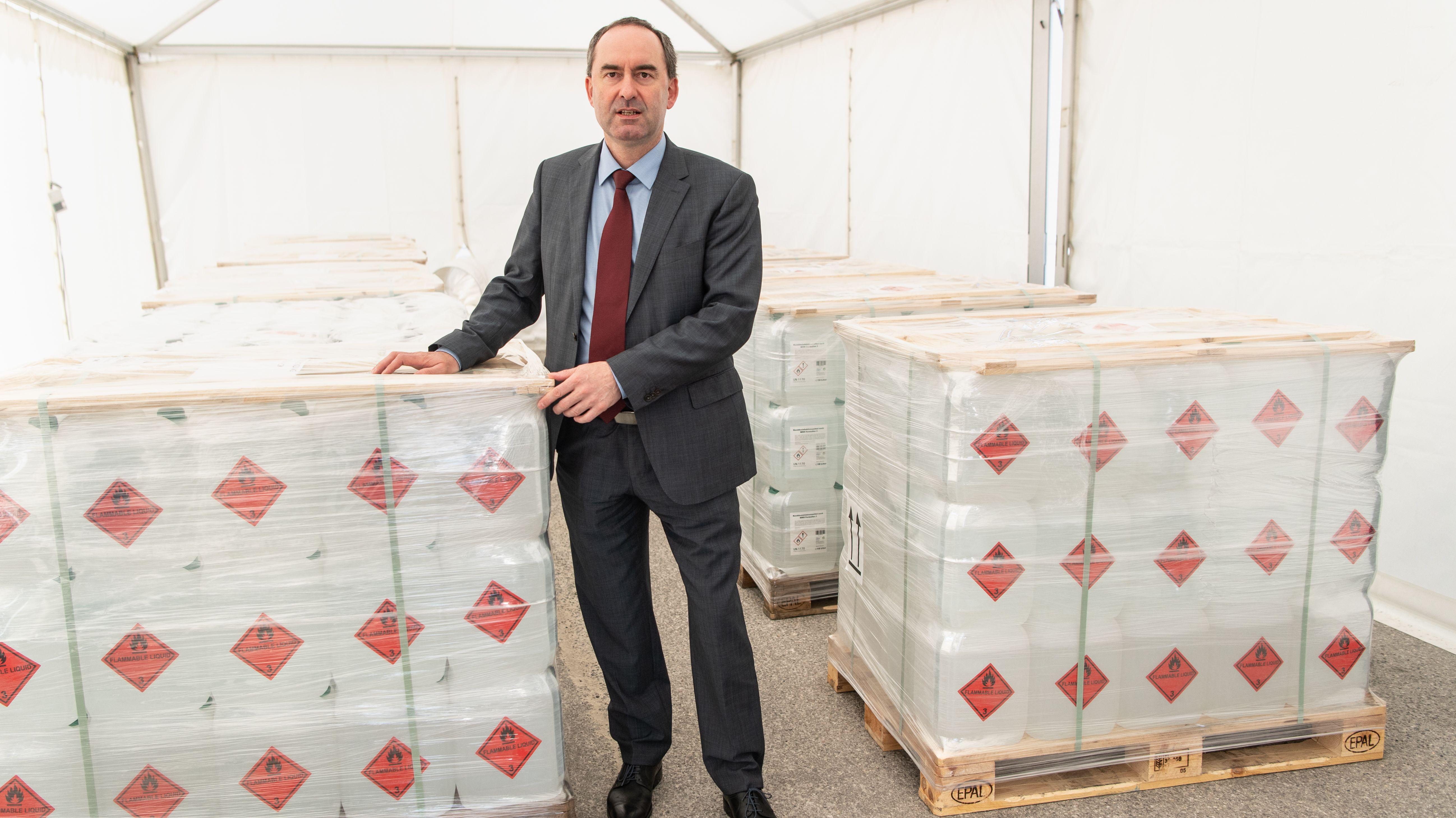 Wirtschaftsminister Aiwanger mit Paletten von Desinfektionsmitteln