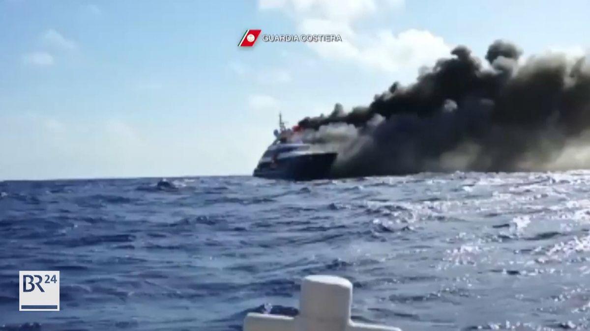 Im Mittelmeer vor Sardinien ist eine Luxusyacht in Seenot geraten und ausgebrannt. Helfer kamen von Italien übers Meer, auch ein Hubschrauber wurde geschickt, doch das Schiff ging unter. Besatzung und Passagiere wurden im Beiboot gerettet.
