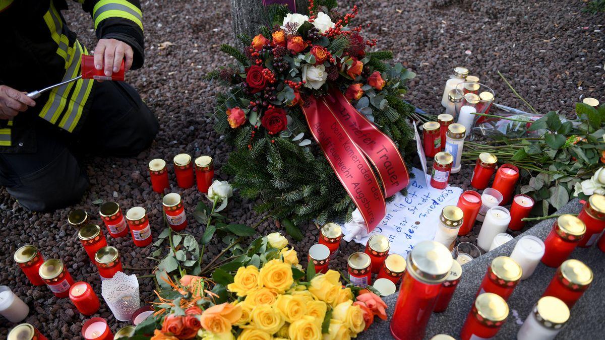 Feuerwehrleute legten am Tatort Kränze und Blumen ab und entzündeten Kerzen.
