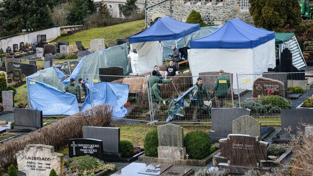 Beamte der Spurensicherung bauen am 08.01.2014 auf dem Friedhof in Lichtenberg nach der Suche nach der Leiche des Mädchens Peggy ihre Zelte ab. Polizeibeamte suchten im Grab einer 81-Jährigen Frau nach der Leiche des Mädchens Peggy.