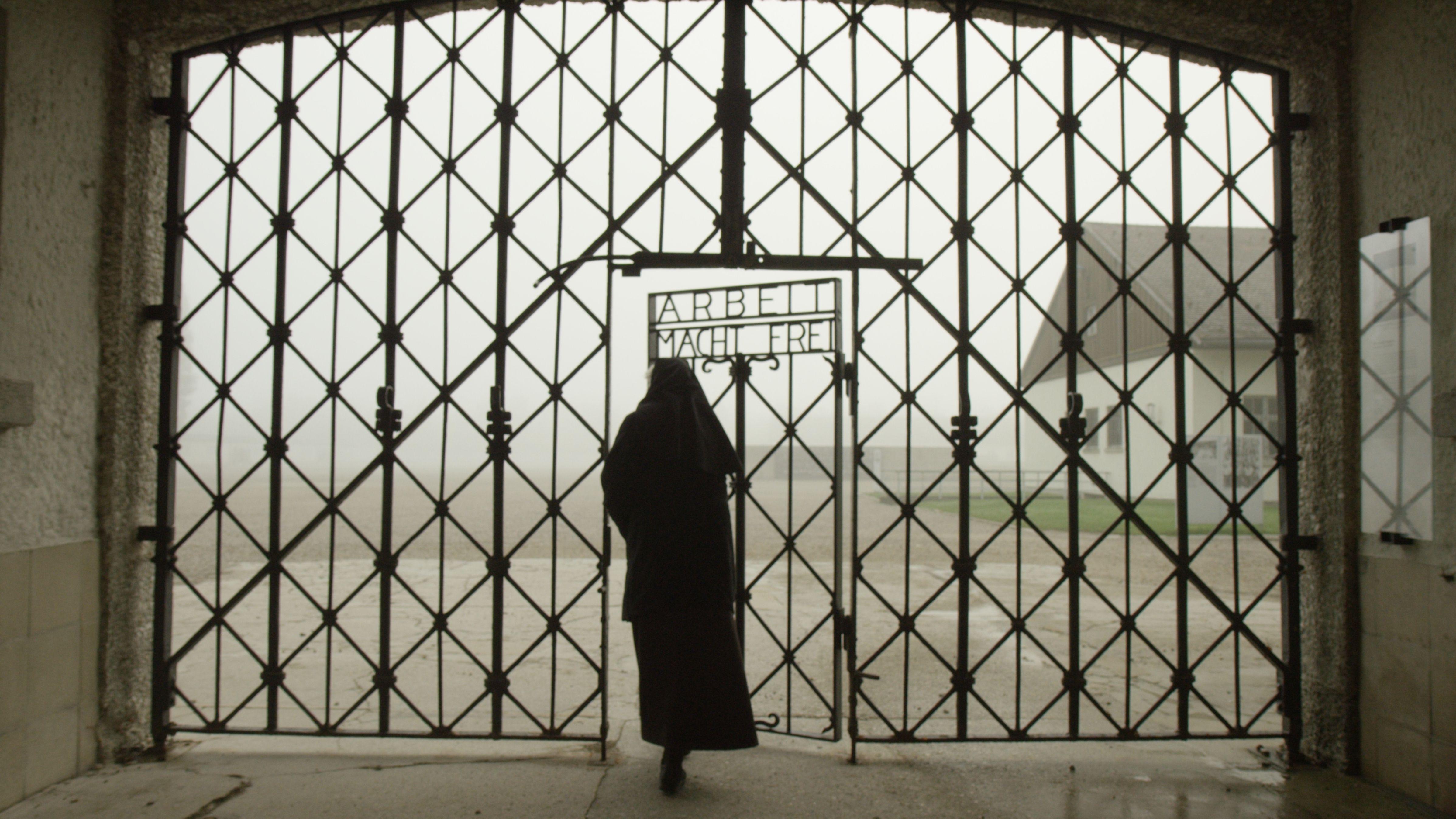 Frau am Eingang der KZ Gedenkstätte Dachau