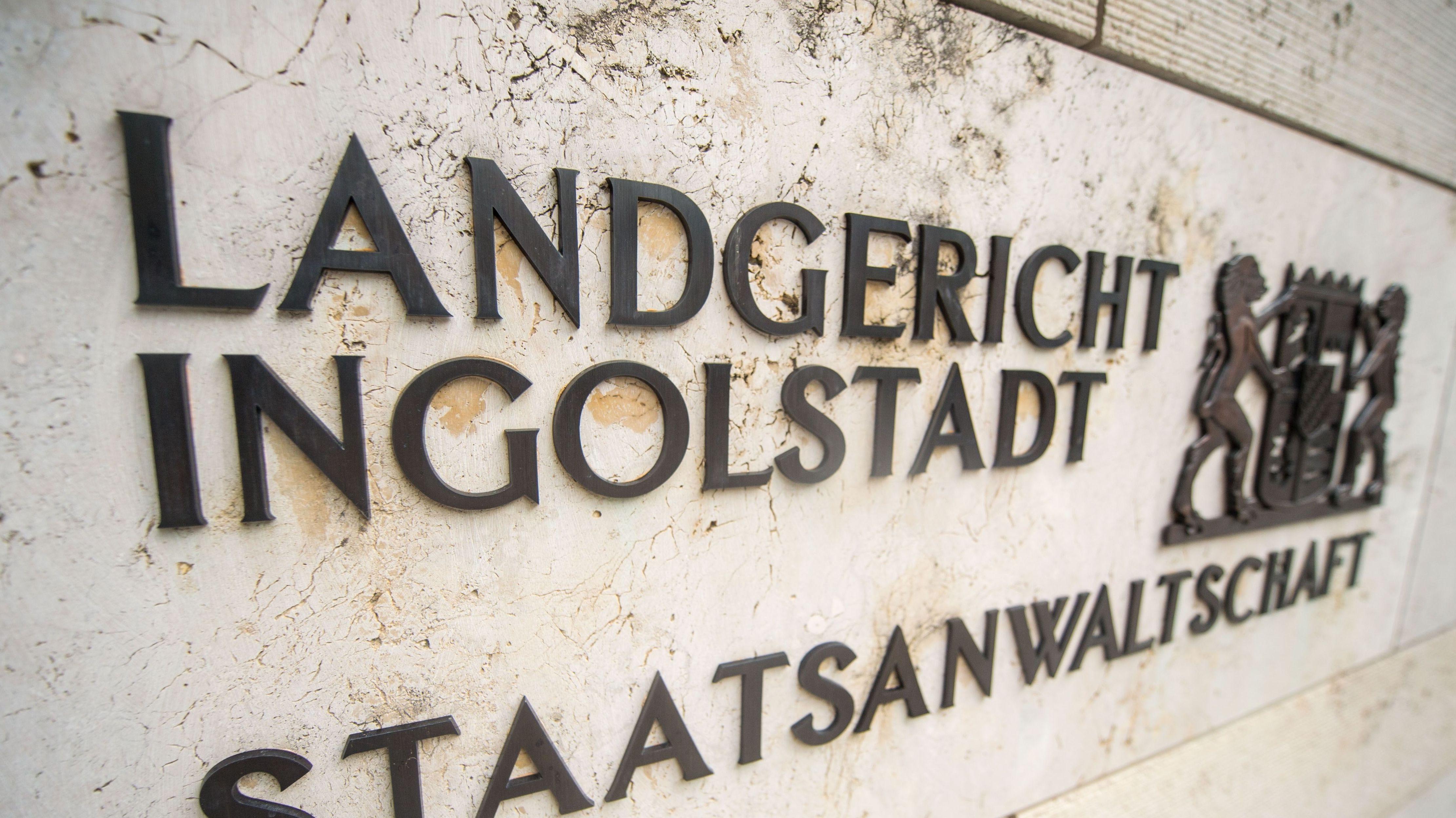"""Der Schriftzug """"Landgericht Ingolstadt"""" mit dem Bayernwappen."""