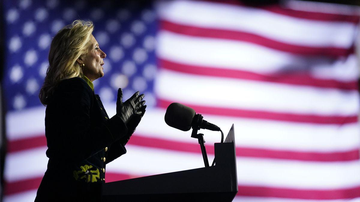 02.11.2020, Pittsburgh: Jill Biden, Ehefrau von Joe Biden, spricht während einer Wahlkampfveranstaltung.