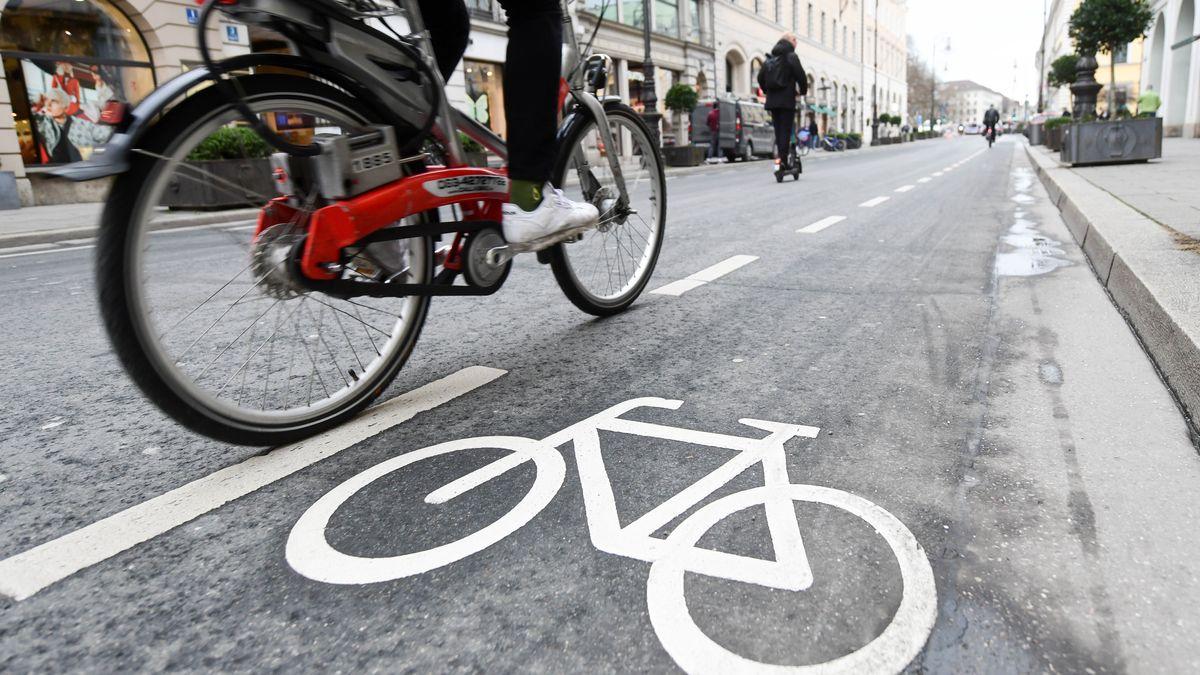 Immer mehr Menschen steigen auf Fahrräder um.
