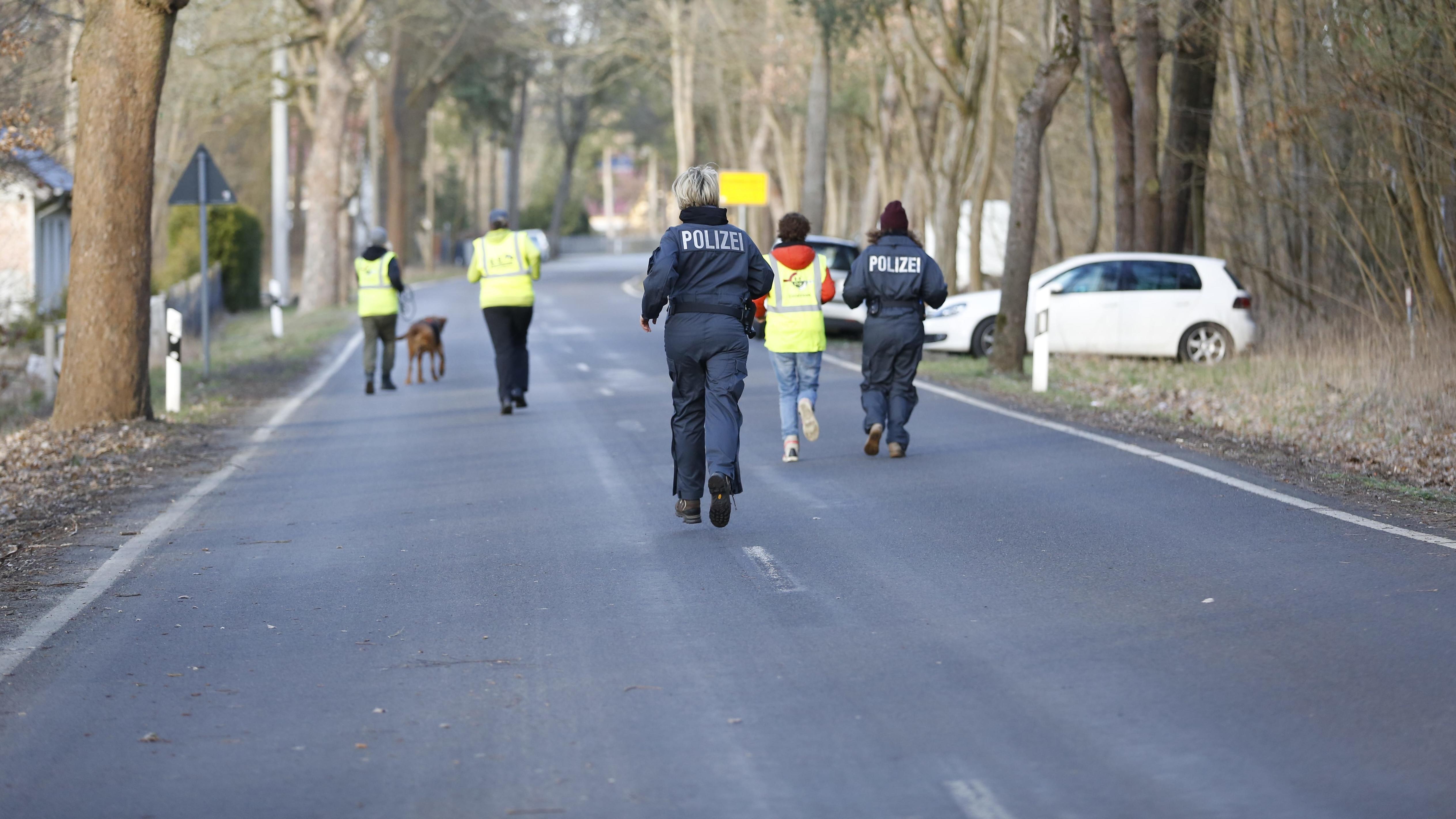 Polizisten bei Suchaktion nach vermisster Rebecca