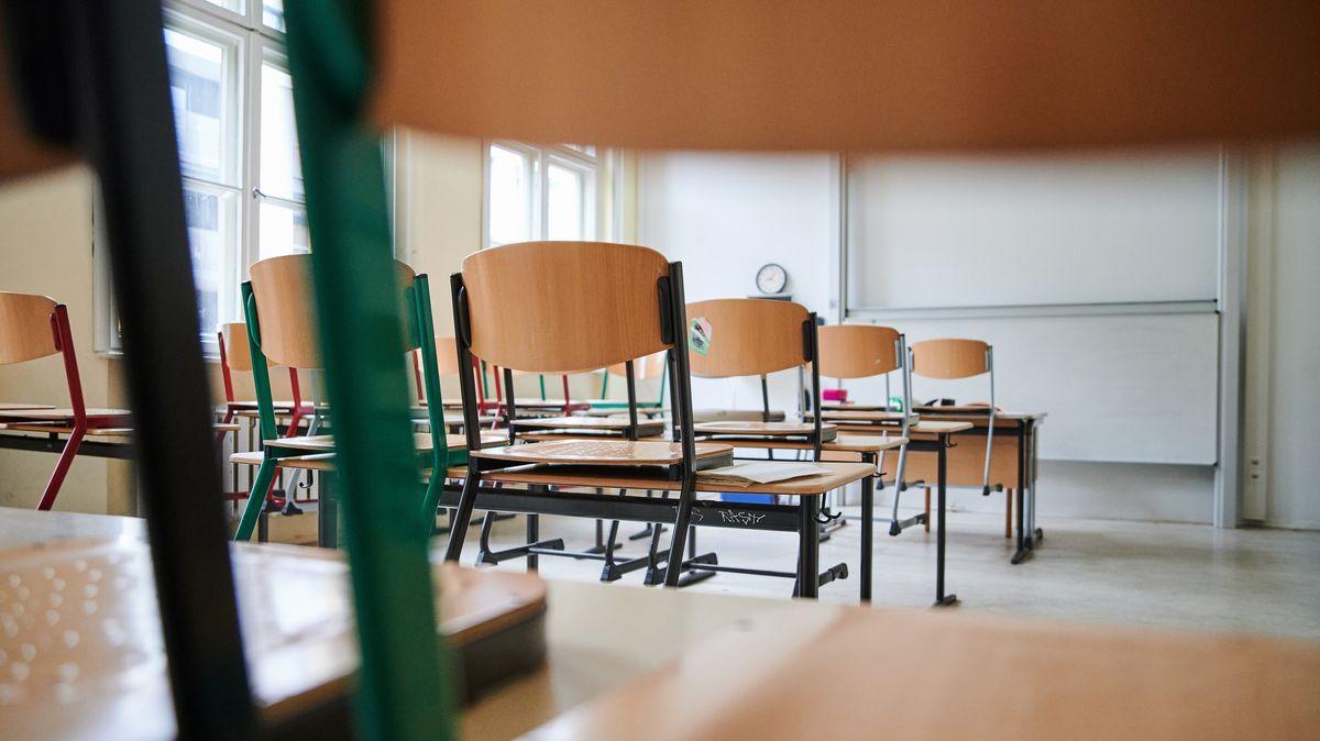 Stühle stehen in einem Klassenzimmer auf den Tischen (Symbolbild)