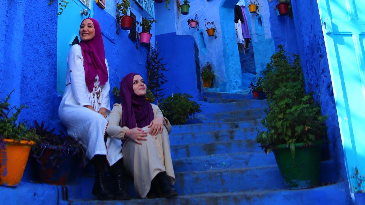 """Eda und Cennet vom Reise-Blog """"Hijabis on tour"""": Zwei Frauen mit Hijab posieren auf einer Treppe"""