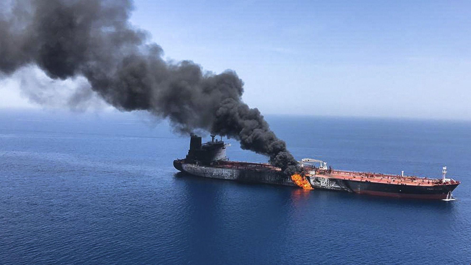 """Öltanker """"Front Altair"""" der norwegischen Reederei Frontline in Brand"""