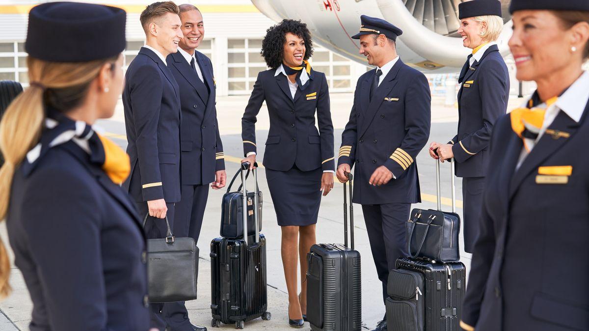 Flugbegleiter und Copilot am Flughafen