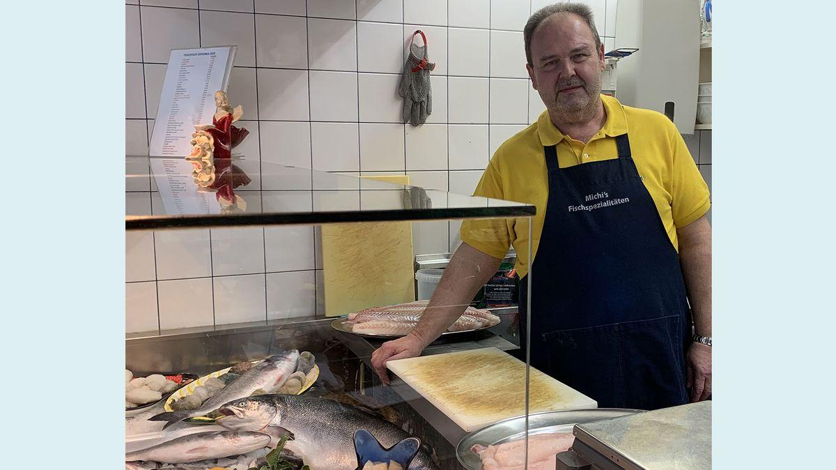 Ein Wiener Fischhändler vor seiner Fischtheke.