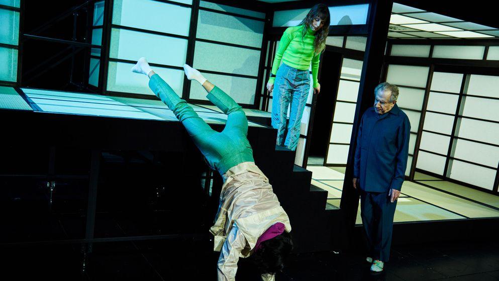 Japanisch anmutendes Haus mit drei Menschen:  den Schauspielern Thomas Hauser, Julia Windischbauer, Walter Hess