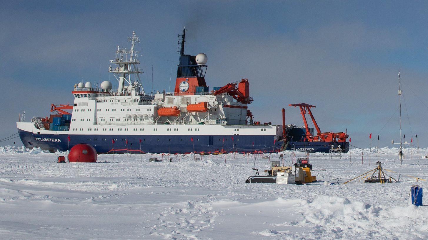 """Das Forschungsschiff """"Polarstern"""" liegt bei einer seiner Reisen in der Antarktis an einer Eiskante.  (Archivbild)"""