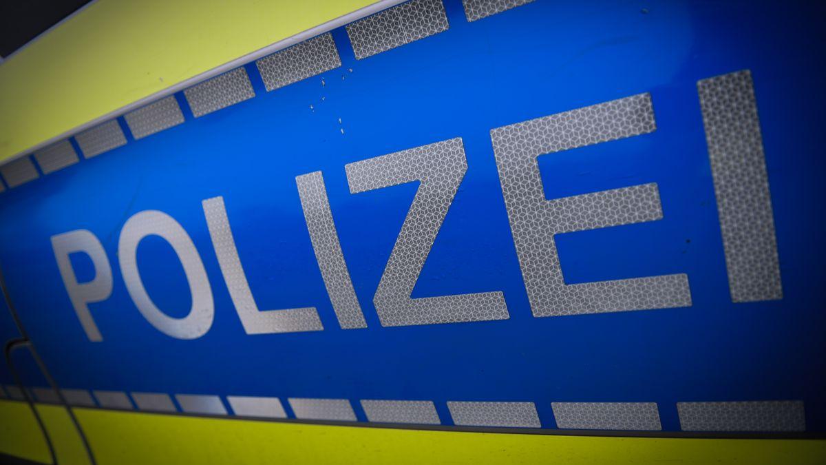 """Der Schriftzug """"Polizei"""" steht auf einem Polizeifahrzeug."""