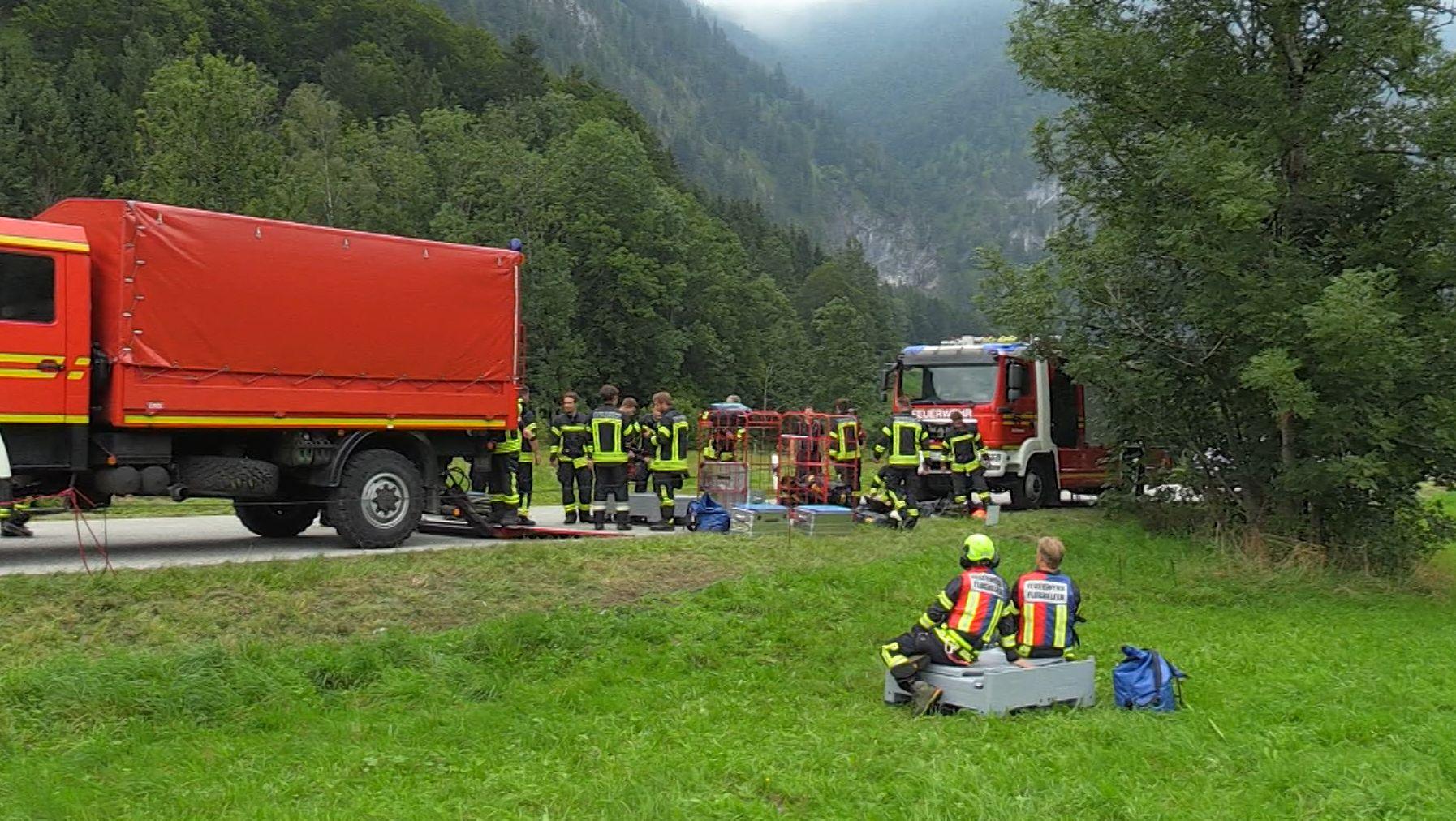 Ein Zeuge hört ein Motorengeräusch, dann einen Knall. Gleichzeitig verschwindet ein Kleinflugzeug im bayerisch-österreichischen Grenzgebiet.