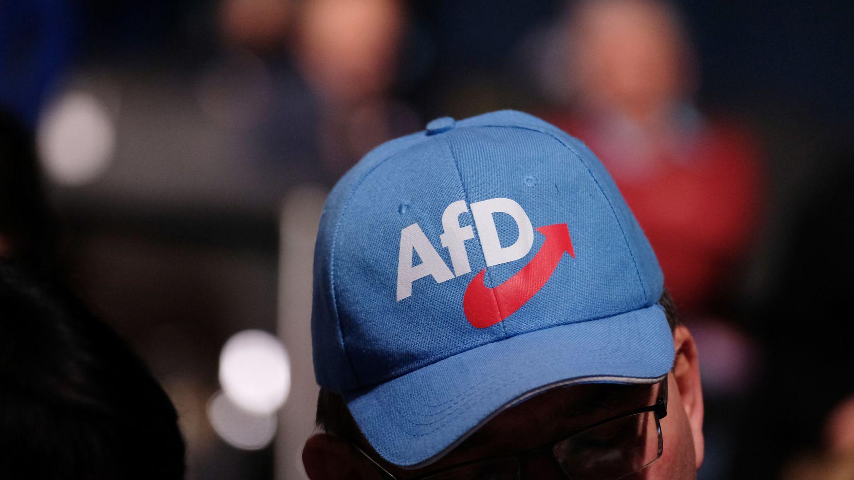 "Mann trägt Baseballkappe mit Logo der ""AfD"" (Symbolbild)."