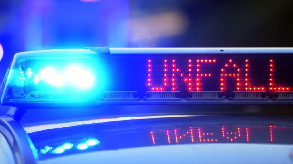 """Aufschrift """"Unfall"""" auf der LED-Tafel eines Streifenwagens der Polizei (Archivbild)"""