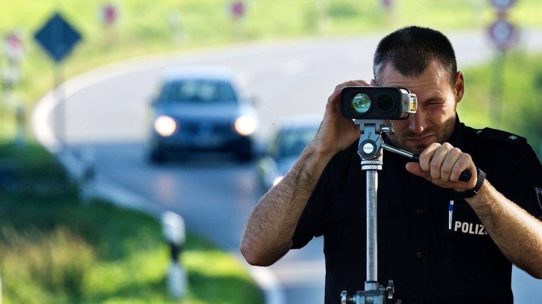 Polizist misst Geschwindigkeit