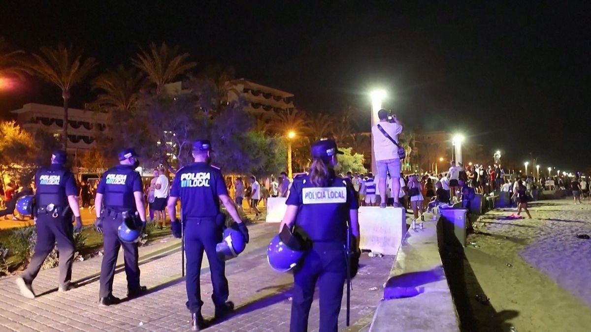 Polizisten auf der Strandpromenade