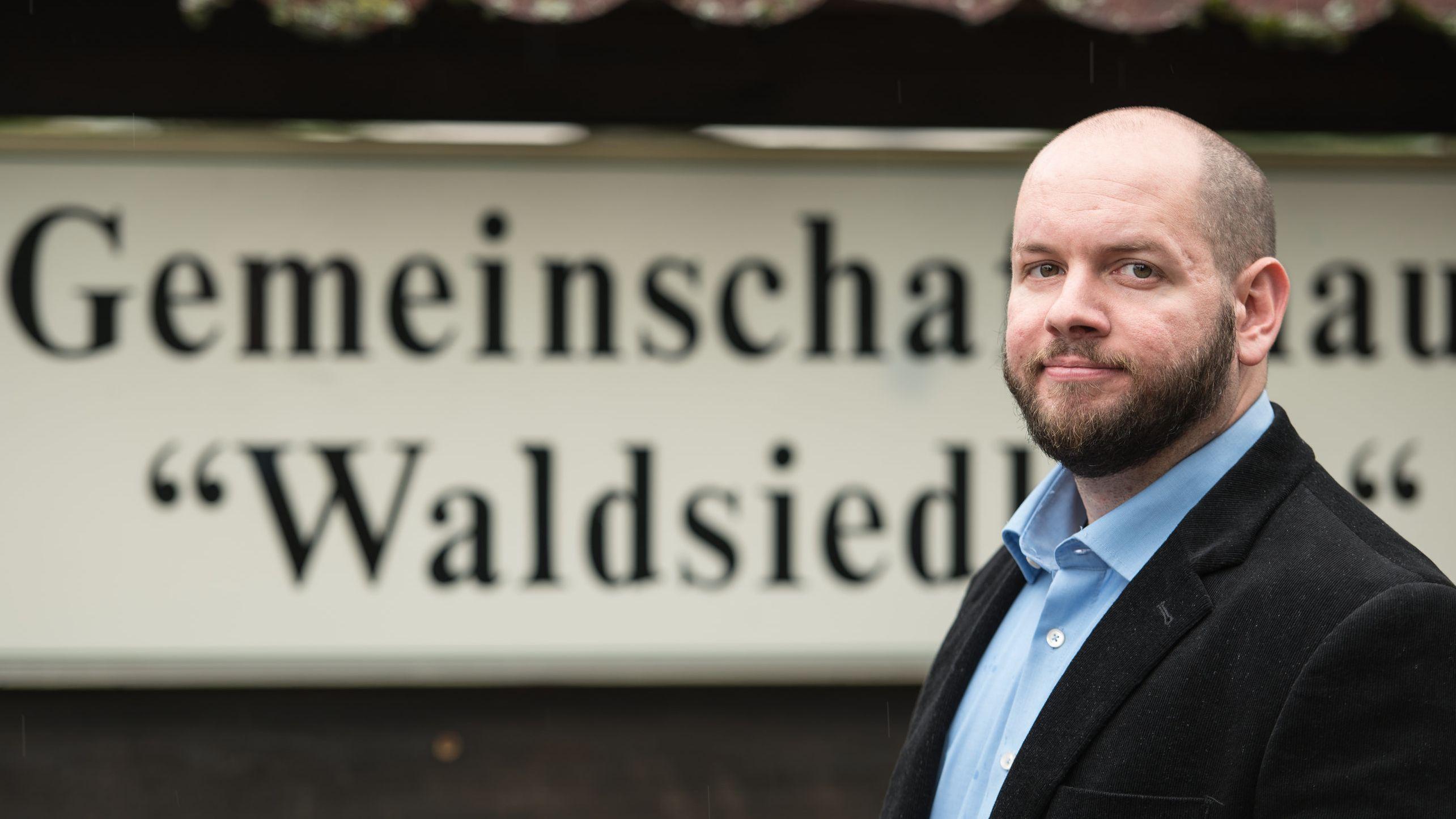 Stefan Jagsch (NPD), Ortsvorsteher von Altenstadt-Waldsiedlung, steht vor dem Gemeinschaftshaus im Ortsteil, in dem er gewählt wurde.