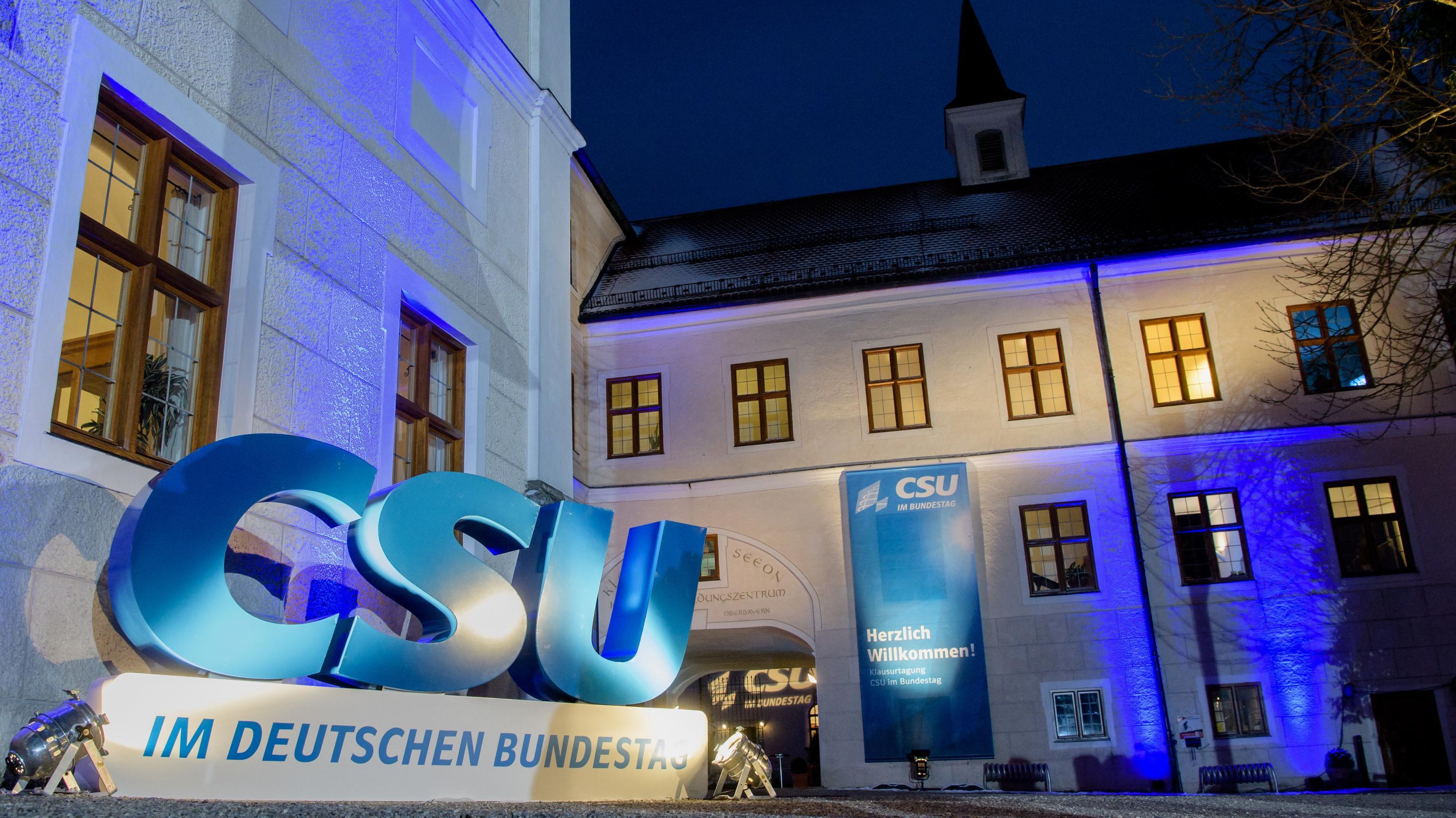 Ein Logo der CSU ist zur Wuinterklausur der CSU im Kloster Seeon aufgebaut.