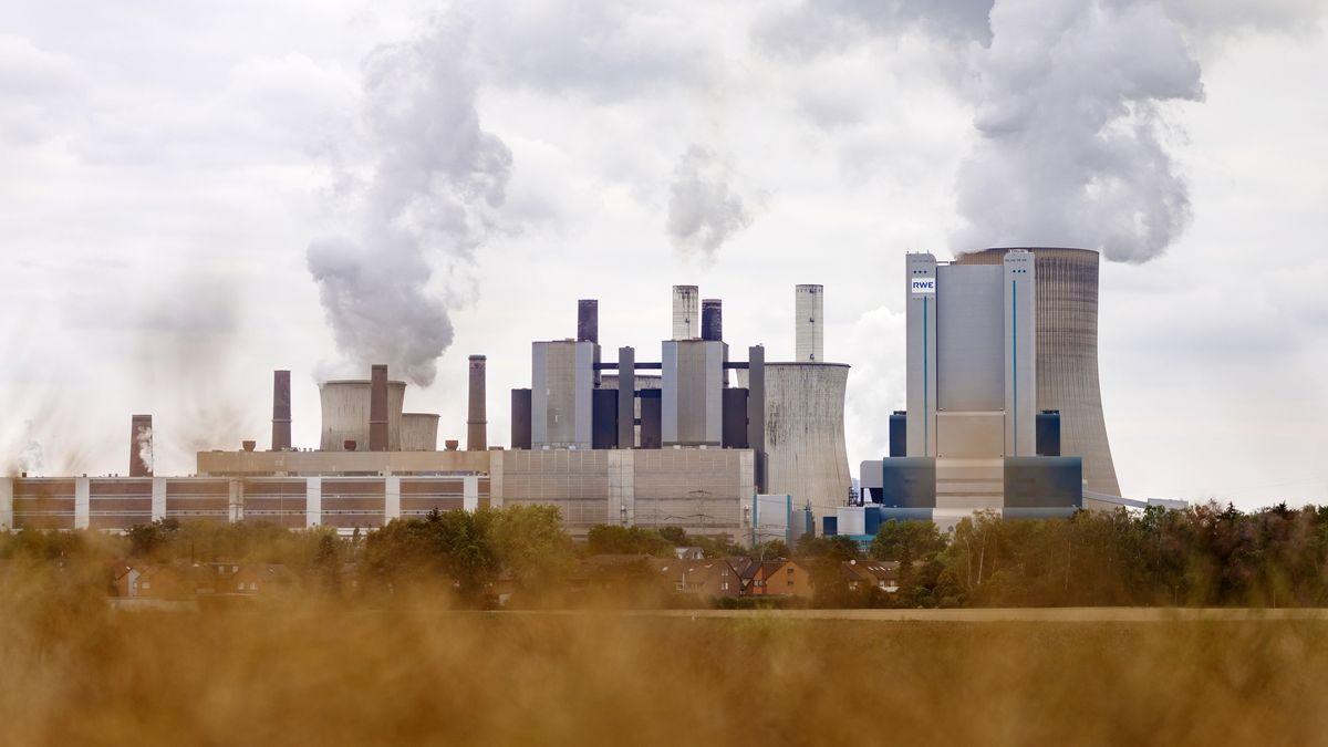 Kohlekraftwerk mit rauchenden Schloten