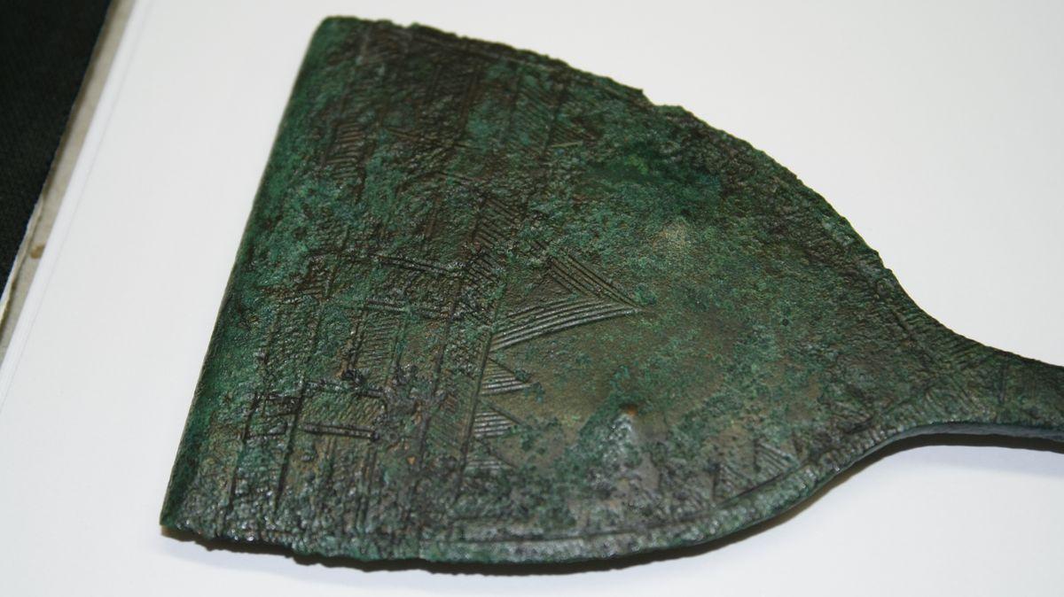 Reichtum und Status wurde weiter vererbt: Hier die reich verzierte Nadel eines hochrangigen Frauengrabes aus Königsbrunn.