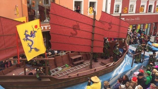 Der Gaudiwurm des Dietfurter Chinesenfaschings schlängelt sich durch die Innenstadt - hier mit einem chinesischen Schiff.