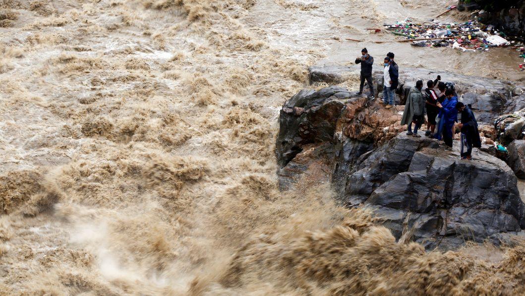 Menschen in reißendem Fluss
