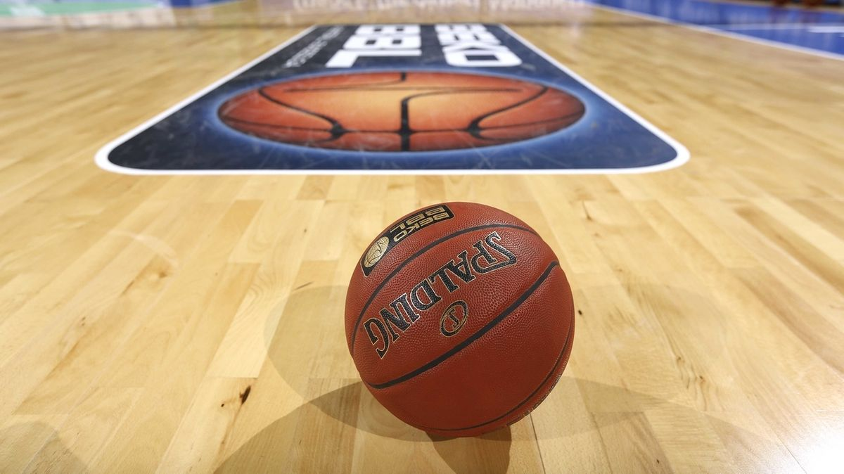 Ein Basketball liegt auf einem leeren Spielfeld der Basketball-Bundesliga.