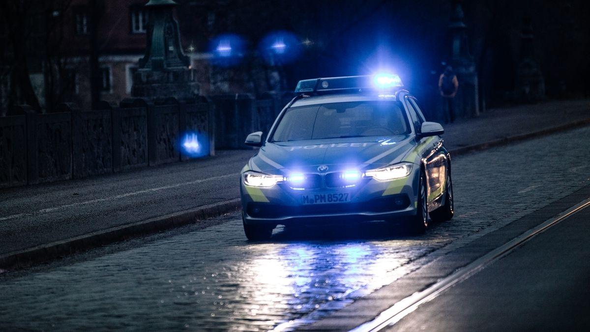 Polizeiauto beim nächtlichen Einsatz.
