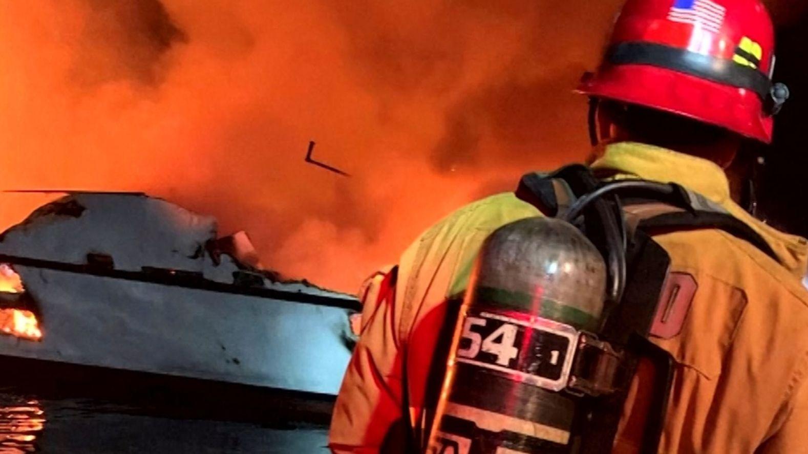 Ein Boot, das zu einem mehrtägigen Tauchausflug vor der kalifornischen Küste unterwegs war, ist in der vergangenen Nacht in Brand geraten.