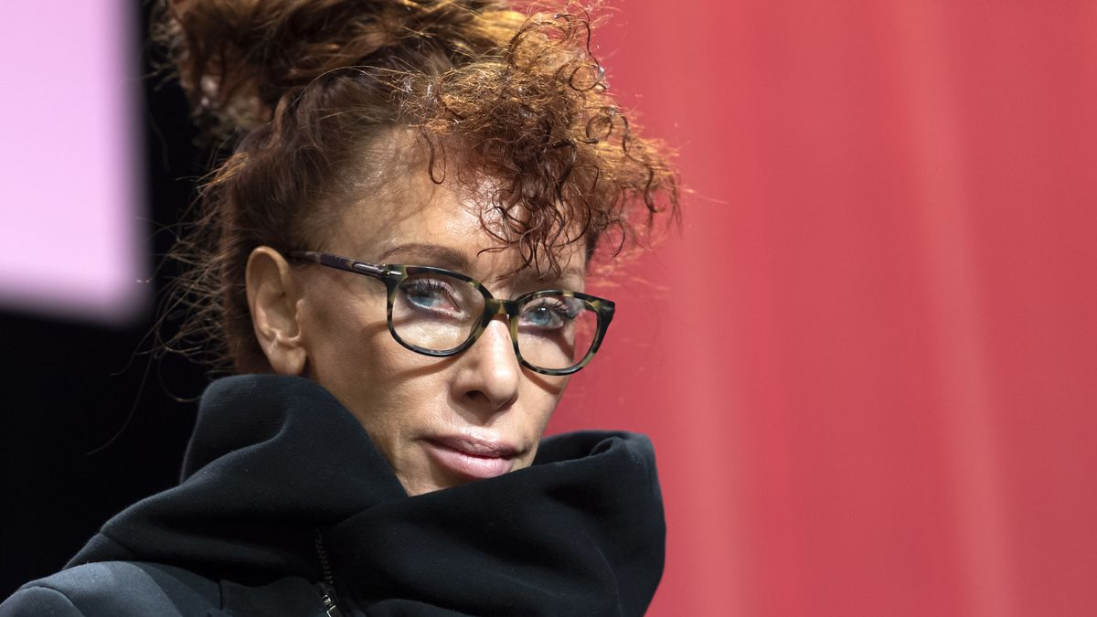 Frau mit hochgesteckten rotbraunen Haaren, blauen Augen und Brille: Porträt der Schriftstellerin Sibylle Berg